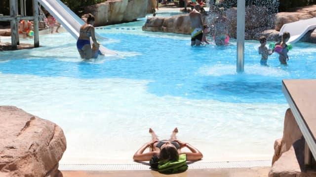 """Des vacanciers profitent de la piscine du camping """"La sirène"""", le 5 Aoùt 2020 à Argeles-sur-Mer"""