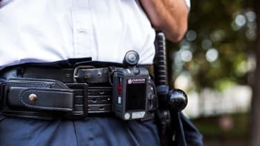 """Une """"camera-piéton"""" équipe le ceinturon sur un agent de police."""
