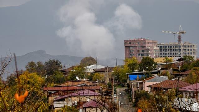 De la fumée s'élève de la capitale Stepanakert le 6 novembre après des combats entre l'Arménie et l'Azerbaïdjan.