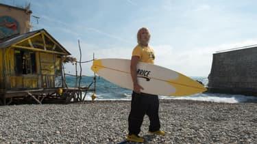 Jean Dujardin dans le rôle du surfer Brice de Nice.