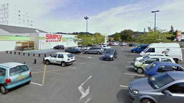 C'est sur ce parking que l'homme a été roué de coups, avant de décéder.