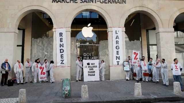 Des militants d'Attac s'en sont pris à une boutique Apple.