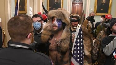 """""""QAnon Shaman"""", à l'intérieur du Capitole à Washington, le 7 janvier 2020"""