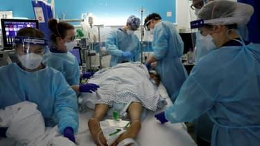 Des membres du personnel de soins intensifs s'occupent d'un patient atteint du Covid-19 à l'hôpital King's College de Londres (Royaume-Uni) le 27 janvier 2021.