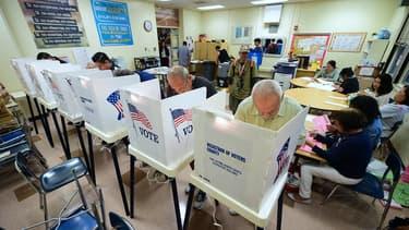 Des Américains votent dans un bureau de Los Angeles, en Californie, le 6 novembre 2018.