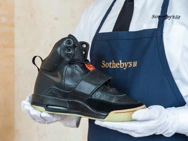 Les première baskets Yeezy portées par Kanye West lors de leur mise en vente chez Sotheby's.