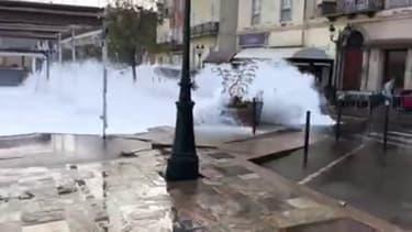 Cette image impressionnante à Bastia d'une vague qui submerge le littoral