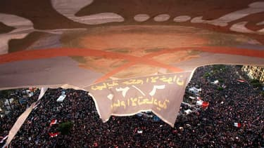 Manifestation d'opposants à Mohamed Morsi place Tahrir, dans le centre du Caire. Des centaines de milliers d'Egyptiens, adversaires ou partisans du président Mohamed Morsi, sont descendus dans les rues du pays dimanche, les opposants espérant rassembler d