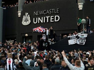 Desde Newcastle United supporters en liesse, aux abords du St James' Park, au lendemain du rachat de leur club par un consortium saoudien, le 8 octobre 2021
