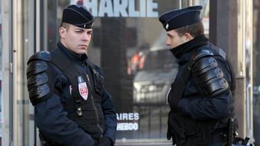 Deux policiers dans une rue parisienne, le 11 janvier 2015.