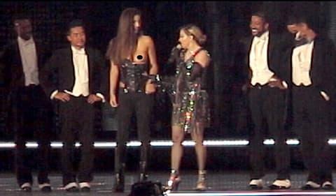 Madonna dénude une fan de 17 ans sur scène