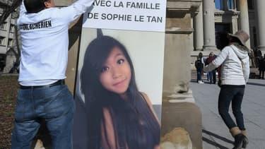 Des proches de Sophie Le tan, jeune étudiante strasbourgoise tuée en 2018, accrochent un portrait de la jeune femme, devant le tribunal de Strasbourg, le 28 mars 2018 (photo d'illustration)