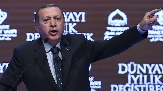 Lors d'un discours à Istanbul le 12 mars 2017, Recep Tayyip Erdogan menace les Pays-Bas de représailles après l'expulsion de ministres turcs.