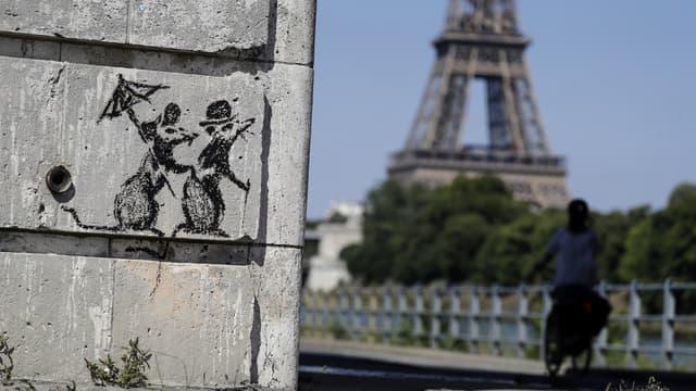 Une oeuvre signée du street artist Banksy découverte sur les quais de Seine à Paris.