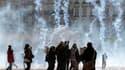 Place Bellecour, à Lyon, jeudi. Des incidents ont éclaté pour la troisième journée consécutive jeudi dans le centre de Lyon, où 36 personnes ont été interpellées. /Photo prise le 21 octobre 2010/REUTERS/Denis Balibouse