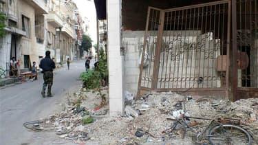 Combattant de l'Armée libre syrienne dans une rue de Homs. Au lendemain de l'interview de Bachar al Assad à la chaîne de télévision du Hezbollah, l'horizon de la conférence internationale sur la Syrie s'est encore obscurci, vendredi, l'opposition esquissa