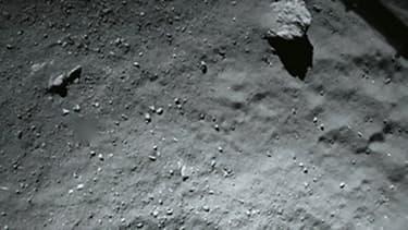 La surface de la comète 67P Tchourioumov-Guérassimenko photographiée pendant la descente de Philae, à une distance d'environ 40 mètres, le 13 novembre 2014.