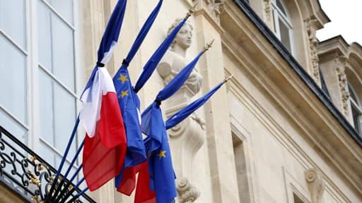 Les administrations françaises ont mis leurs drapeaux en berne, lundi 28 juillet 2014, en mémoire des victimes du vol Air Algérie.