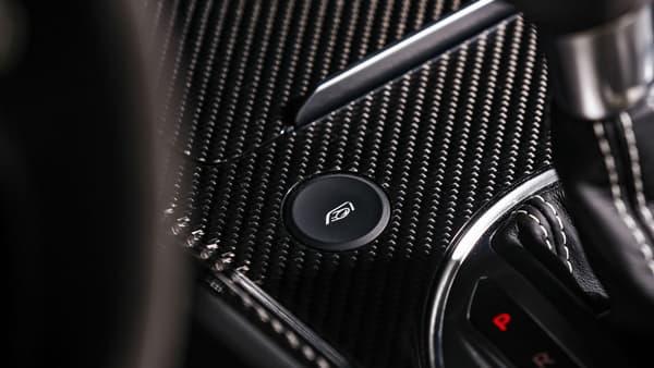 """""""LE"""" bouton magique pour bien entendre rugir le moteur dans l'habitacle"""