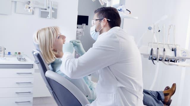 La cavité buccale constitue à la fois un miroir de la santé générale et une des premières étapes de défense de l'organisme vis-à-vis des agressions extérieures.