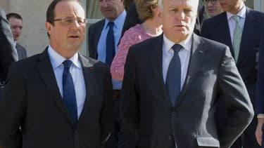 La cote de confiance de François Hollande est en hausse de cinq points à 29% et celle de Jean-Marc Ayrault monte de trois points à 26%, selon le baromètre TNS Sofres. /Photo prise le 19 avril 2013/REUTERS/Jacques Brinon/Pool