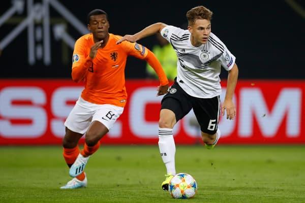 L'Allemand Joshua Kimmich (en blanc), symbole du joueur moderne ultra polyvalent et capable de jouer à plusieurs postes, face aux Pays-Bas en septembre 2019