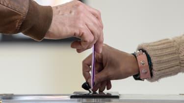 Un homme met un bulletin dans l'urne. - (Photo d'illustration) -