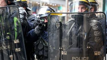Des  forces de l'ordre en train de viser des gilets jaunes lors d'une manifestation à Paris le 5 janvier 2019 (Photo d'illustration).
