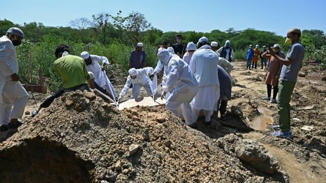 Enterrement d'une personne décédée du Covid-19, le 22 mai 2021 à New Delhi, en Inde
