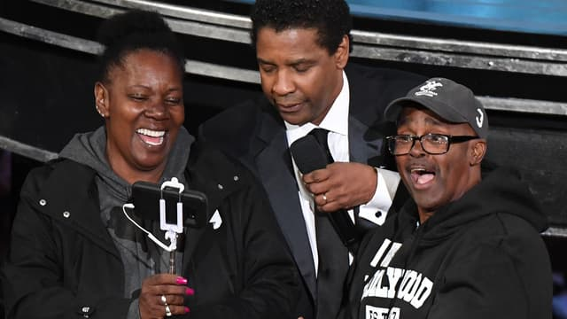 """Denzel Washington et les deux """"touristes"""" qu'il marie durant la cérémonie des Oscars 2017"""
