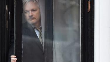 Julien Assange le 5 février 2016 au balcon de l'ambassade d'Équateur à Londres