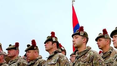 Des soldats écossais se recueillent le 1er juillet devant le cratère de Lochnagar, à Ovillers-la-Boisselle, dans la Somme.