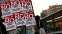 Affiches appelant à la grève collées sur un arrêt de bus à Madrid. La grève générale décrétée par les syndicats espagnols pour protester contre la baisse des dépenses publiques était largement suivie dans les transports en commun madrilènes mercredi matin