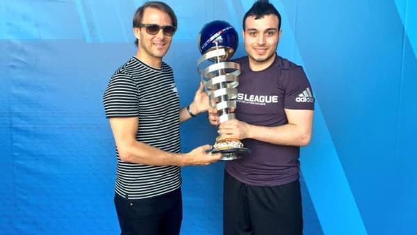 Walid savoure son deuxième titre mondial consécutif aux côtés de l'ancienne star de Valence Gaizka Mendieta