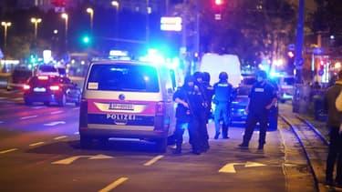 Des policiers déployés dans le centre de Vienne après une fusillade près d'une synagogue, le 2 novembre 2020 en Autriche