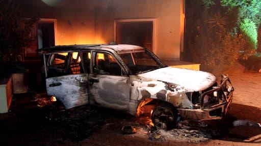 Un véhicule incendié la nuit de l'attaque du consulat de Benghazi.