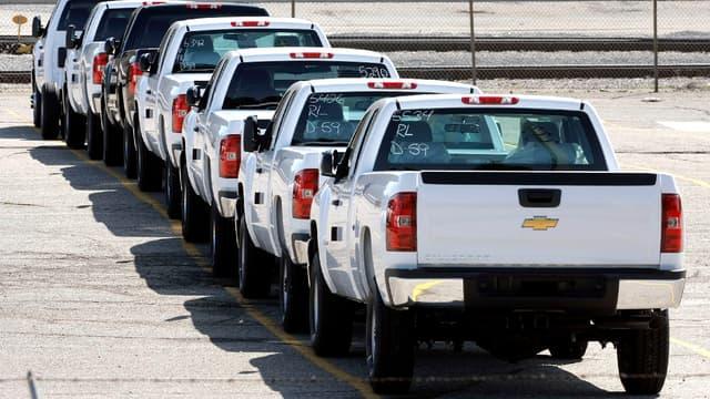 Des pick-up de marque Chevrolet entreposés sur un parking. (image d'illustration)