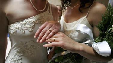Aucun maire ne pourra être dispensé de l'obligation de célébrer un mariage homosexuel quand la loi prévue par le gouvernement de gauche sera entrée en vigueur, a prévenu jeudi la porte-parole du gouvernement Najat Vallaud-Belkacem, alors qu'un mouvement c