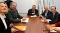 François Hollande avec le secrétaire général de la CFDT, François Chérèque, dernier représentant syndical reçu à son siège de campagne, jeudi. Le candidat socialiste à l'élection présidentielle a promis aux syndicats d'accroître leur pouvoir et celui des