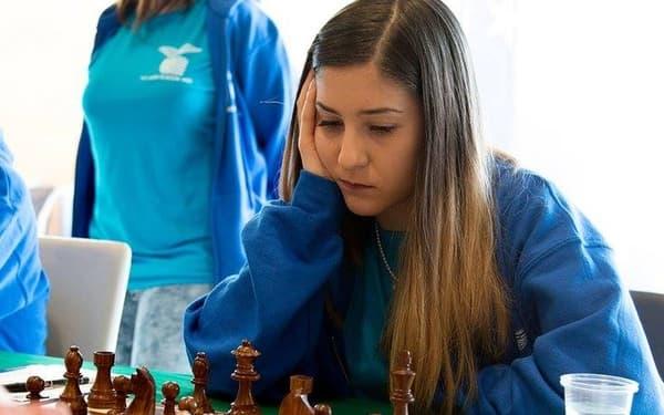Alessia Santeramo en pleine concentration lors d'une partie d'échecs