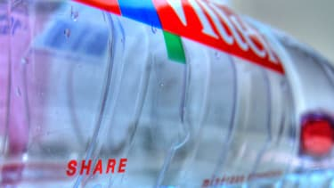 20% des eaux en bouteille contiennent des traces de médicaments et de pesticides divers (photo d'illustration).