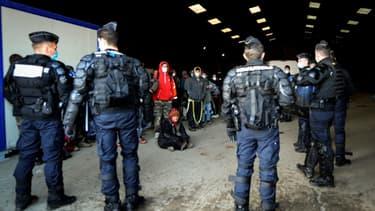 Des gendarmes dispersent les participants de la rave-party qui s'est déroulée durant 36 heures à Lieuron (Ille-et-Vilaine), le 2 janvier 2021