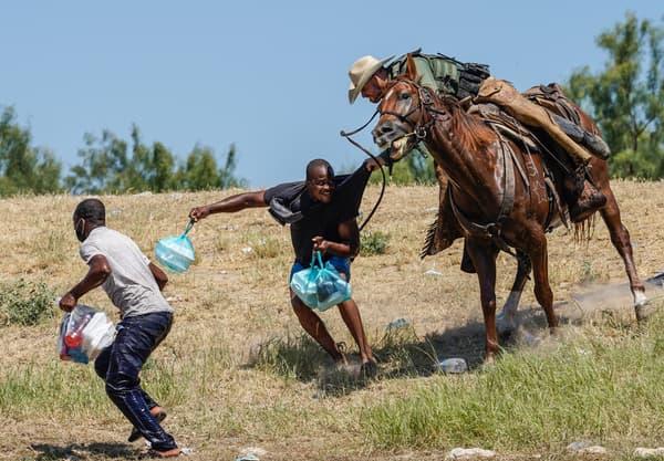 Un garde-frontière américain à Del Rio attrapant un homme du haut de son cheval, le 19 septembre 2021