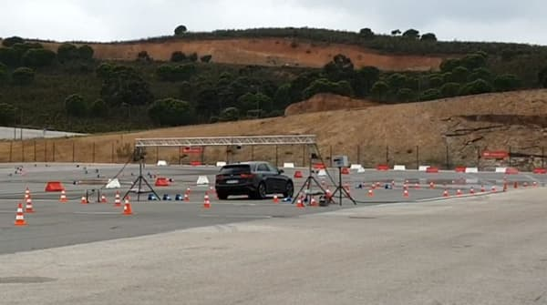 La nouvelle Ceed en pleine manoeuvre d'évitement avant un freinage d'urgence sur circuit.