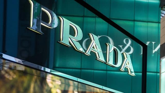 La première étape de la collaboration ente Prada et Adidas devrait avoir lieu en décembre 2019 avec la sortie de deux modèles de chaussures unisexe entièrement fabriquées chez Prada à Milan