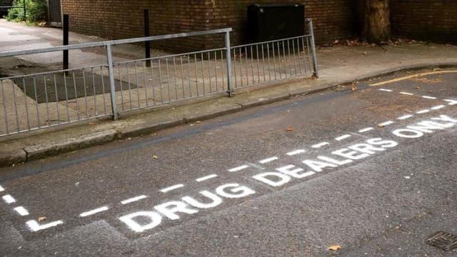 Un groupe d'artistes a créé de fausses places de parking réservées au trafiquants de drogues, omniprésents dans le quartier de Tower Hamlets, à l'est de Londres.