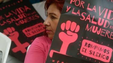 Une militante pour l'assouplissement de la loi sur l'avortement devant l'Assemblée à San Salvador, le 23 février 2017. (photo d'illustration)