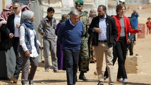 Le secrétaire général de l'ONU Antonio Guterres (c) visite le camp de réfugiés syriens de Zaatari, le 28 mars 2017 en Jordanie
