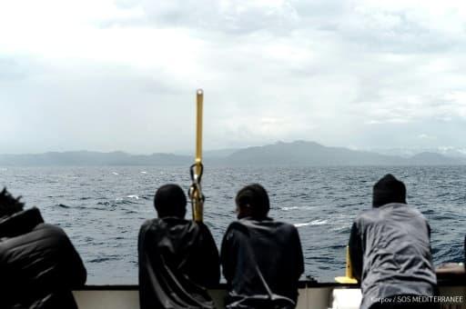 Image fournie le 15 juin 2018 par l'ONG française Médecins sans Frontières (MSF) montre les migrants à bord du navire humanitaire l'Aquarius naviguant vers l'Espagne