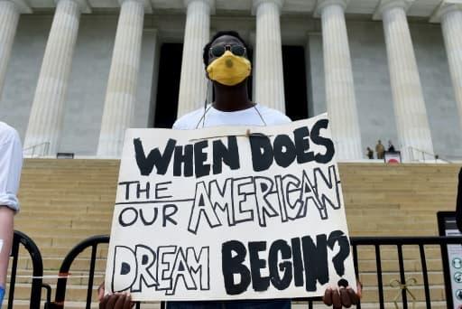 Un manifestant devant le mémorial de Lincoln, le 6 juin 2020